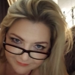 Blondie is looking for singles for a date